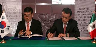 Heads of the Mexican and South Korean Health Authorities signing the Memorandum of Understanding. Photo credit: COFEPRIS website.